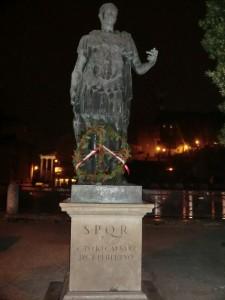 La statua di Cesare presso i Fori Imperiali con la corona d'alloro del M.T.R.