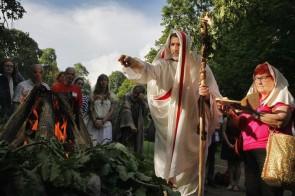 Daniele Liotta in toga celebra il rito e offre incenso, alla sua sinistra Anna Lucarelli