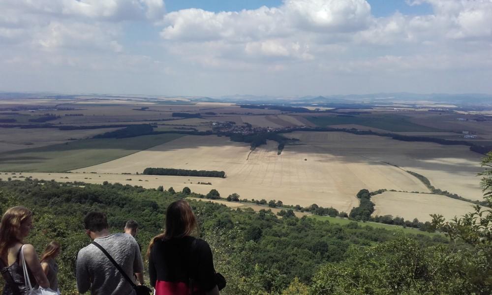 La vista dal terrazzamento sulla Collina di Rip ove si è tenuto il rituale comunitario dell'Ecer: un provvidenziale volo di un falcone ha accompagnato la chiusura della celebrazione