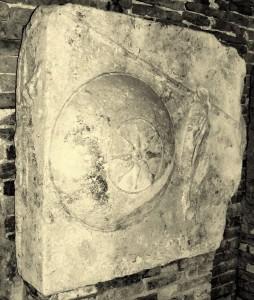 La pietra, oggi spostata nel chiostro di santa Apollonia, con i simboli della famiglia reale di Filippo II