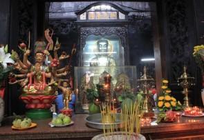 Altare di Budda nella pagoda dell'Imperatore di Giada a Saigon