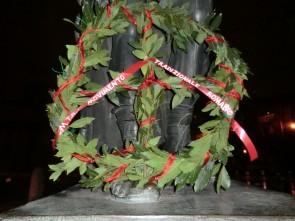 Corona d'alloro posta sotto la statua di Cesare