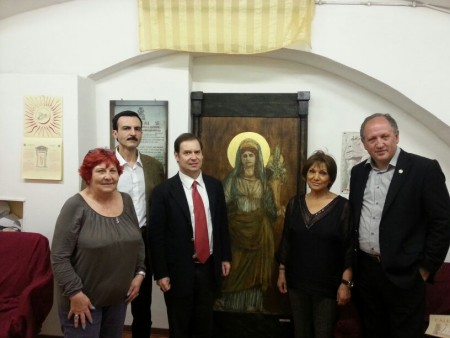 Il presidente dell' Υ.Σ.Ε.Ε. Vlassis Rassias insieme al vice presidente del M.T.R. Principe Guglielmo Giovannelli Marconi e ad alcuni membri delle due associazioni nella sede nazionale del M.T.R.