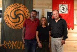 Daniele Liotta, Inija Trinkuniene (Lituania) e Vlassis Rassias (Grecia) con alla spalle i labari di Romuva e del MTR