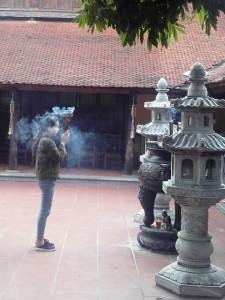 Offerta e preghiera nella Pagoda di Tran Quoc ad Hanoi