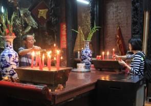 Offerte nella Pagoda dell'Imperatore di giada a Saigon