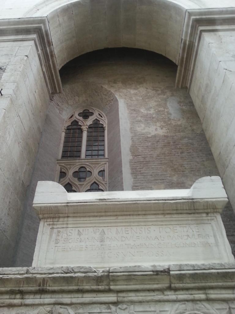 La tomba di Gemisto Pletone sulla parete laterale del Tempio Malatestiano di Rimini