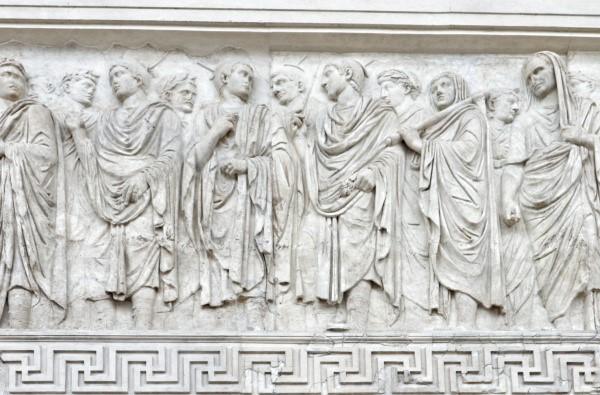 La processione con il Pontifex Maximus (Augusto), i tre Flamini maggiorri e il rex Sacrorum (il personaggio con l'ascia?) nel fregio bassorileivo dell'Ara Pacis