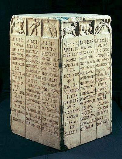 Calendario romano di pietra con tre mesi su ogni lato del parallelepipedo