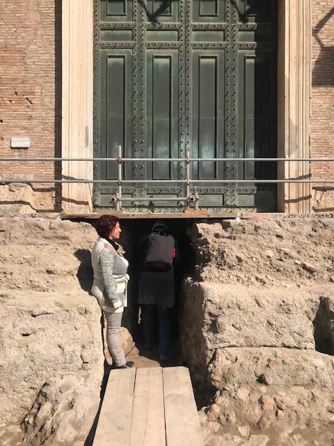 l'accesso allo scavo del sarcofago di Romolo, sotto il portale del senato romano