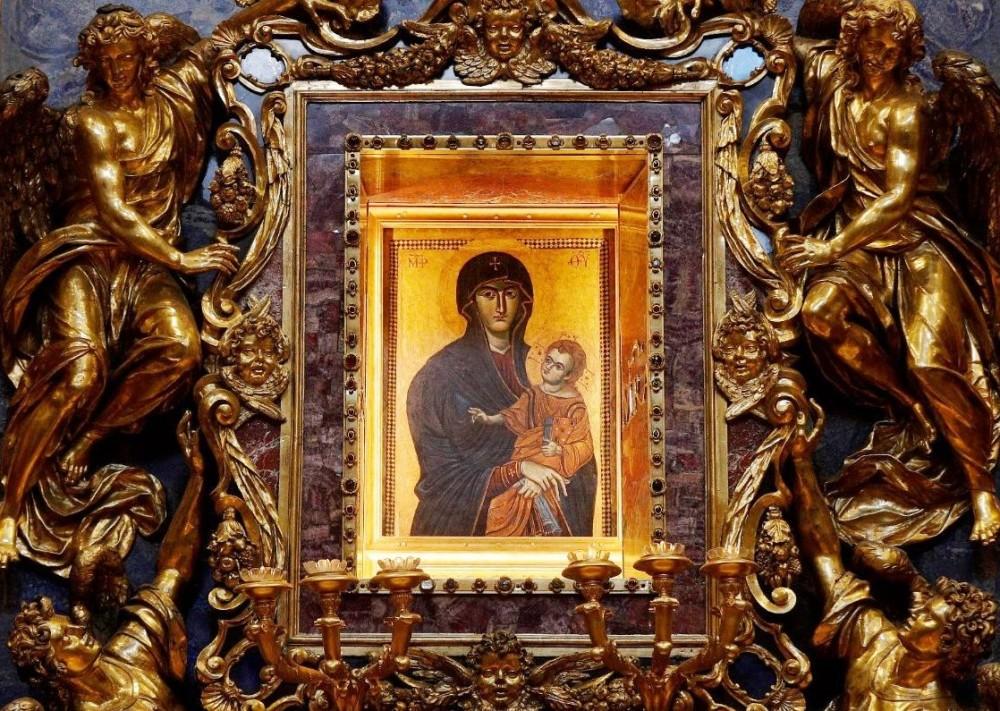 La madonna con il bambinoe tradizionalmente dipinta da Luca 'evangelista e conservata nella cappella Borghese in santa MAria MAggiore, utilizzata dai papi per invocare la fine delle pestilenze chiedendo laa salute per il popolo romano
