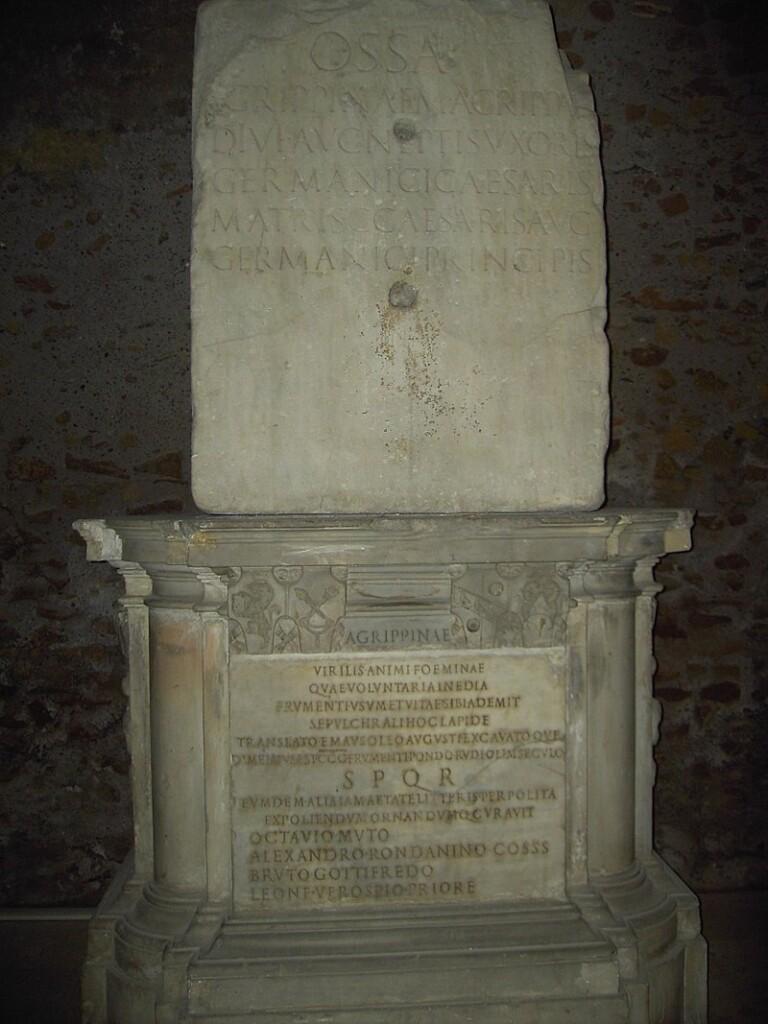 800px-Campitelli_-_Campidoglio,_lapide_di_Agrippina_al_Tabularium_2285