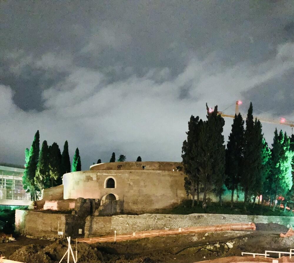 Scatto notturno del mausoleo di Augusto, in questi giorni