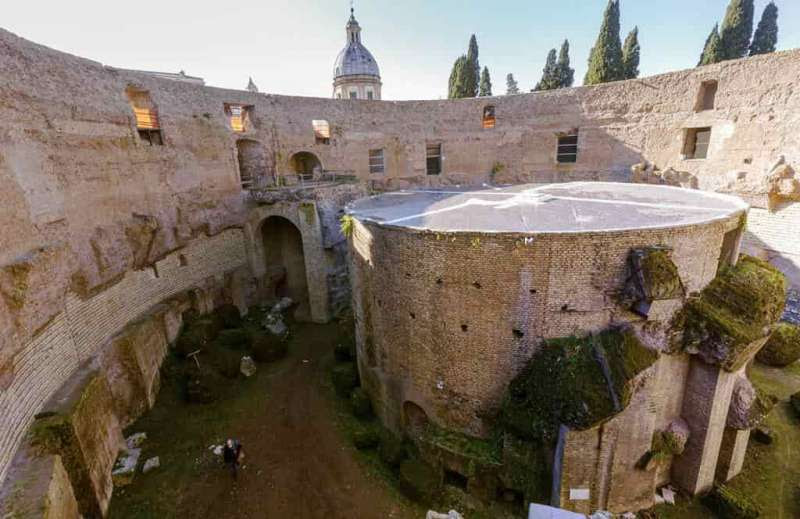 L'interno del Mausoleo restaurato con la terrazza panoramica. Poteva contenere idealmente tutto il Pantheon