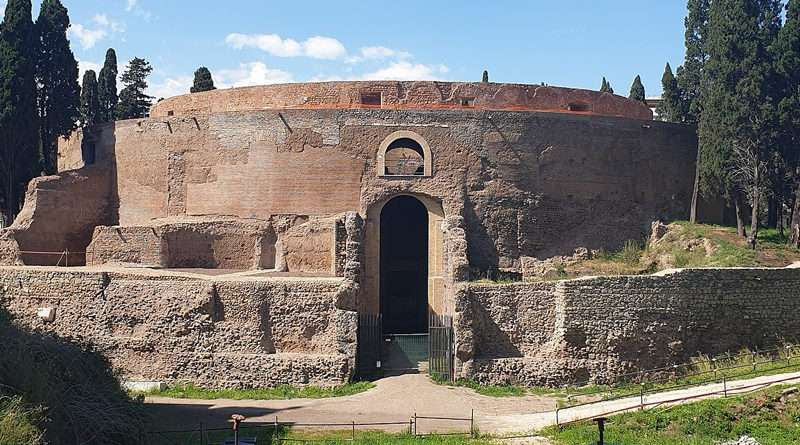 L'ingresso del Mausoleo restaurato: un tempo svettava a 45 metri d'altezza sorreggendo una statua d'Aaugusto in bronzo dorato