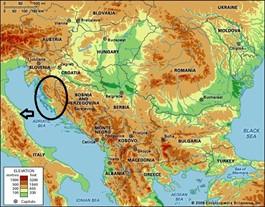 In alto a sinistra, l'area balcanica di provenienza delle gentes proto-illiriche, Siculi e Liburni, sul finire dell'età eneolitica, tra IV e III millennio a.C.: i Liburni, rinomati navigatori e pirati d'epoca storica, stanziati nei Balcani fin su l'attuale costa slovena; i Siculi, stanziati lungo tutta la costa croata fino al versante settentrionale dell'Albania (Plinio ci ricorda in tal caso i Siculoti dalmati), e nell'entroterra fino in Romania e Bulgaria (così come vi mostrerò in seguito). È importante precisare che la presenza dei Siculi nell'entroterra continentale non ha mai costituito un vero e proprio dominio, una sorta di ''Regno siculo'', ma semplicemente una diffusione ad enclaves, a macchia di leopardo, ''presenze'' appunto, riscontrabili esse tanto nella letteratura antica tanto nei coronimi, negli idronimi e persino negli antroponimi.