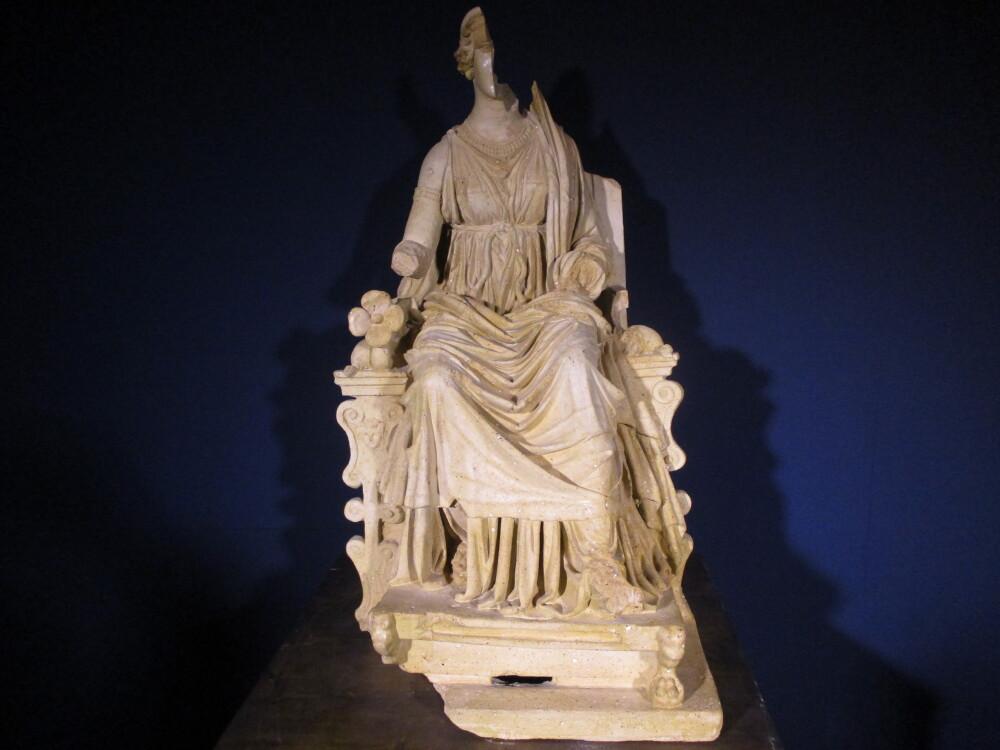 Supposta statua (in terracotta) della dea Angizia del III secolo a.e.c. presso il Museo Paludi di Celano