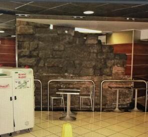 Il terrapieno di Porta Viminalis all'interno della Stazione Termini, ancora ostaggio di attività commerciali