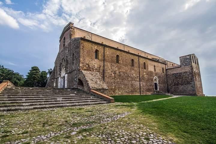 L'abbazia benedettina di s. Giovanni in Venere sorta sopra il tempio di Venere Conciliatrice e costruita utilizzando gli stessi materiali del tempio