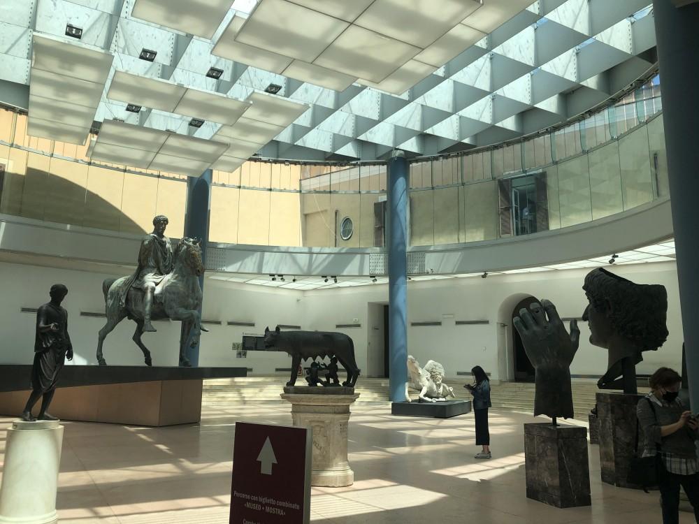 La sala dei Musei Capitolini che conclude la rassegna, con i famosi bronzi romani donati da Sisto IV alla città