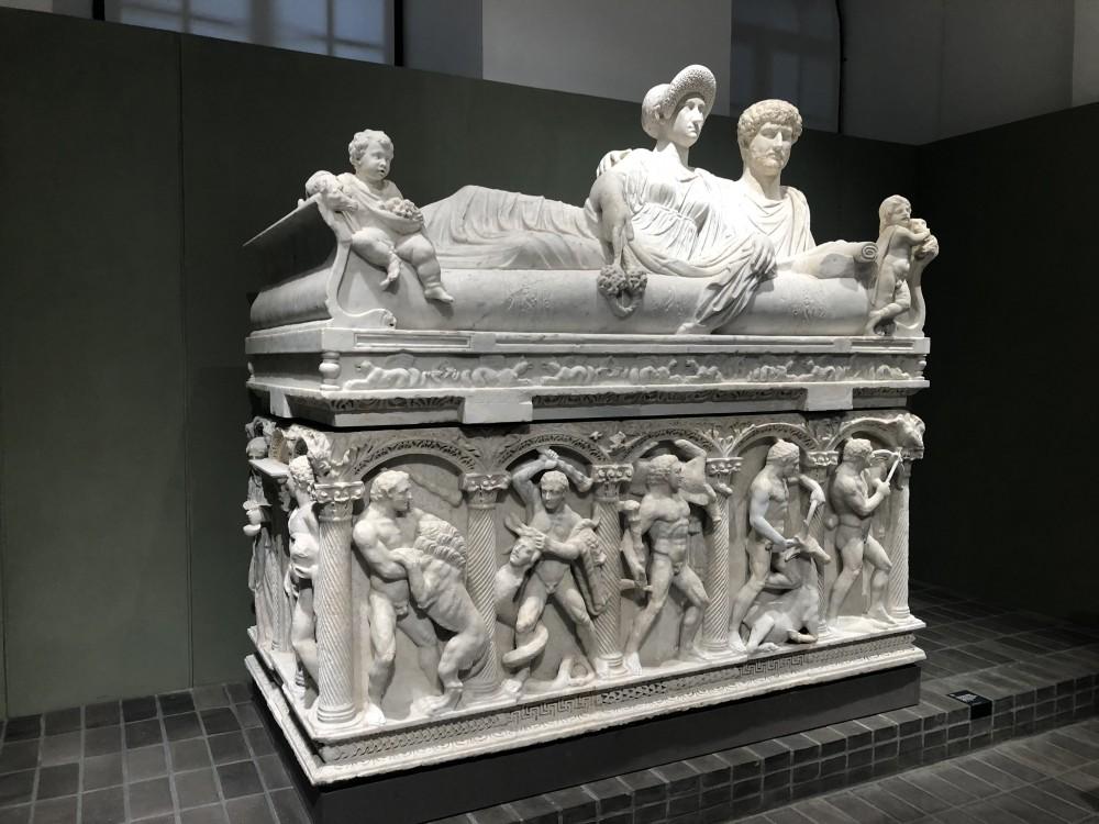 Sarcofago a colonne con Fatiche di Ercole e coperchio con coppia di defunti distesa