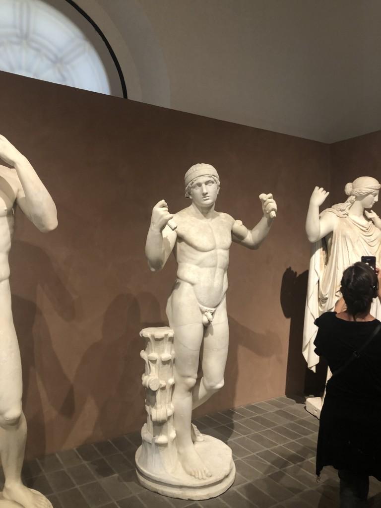 Statua virile replica del Diadumenos di Policleto