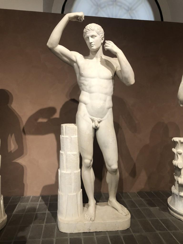 Statua virile replica dell'atleta Amelung