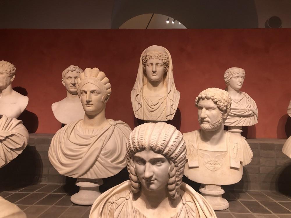 In primo piano il ritratto di Giulia Domna, dietro sulla destra l'imperatore Adriano