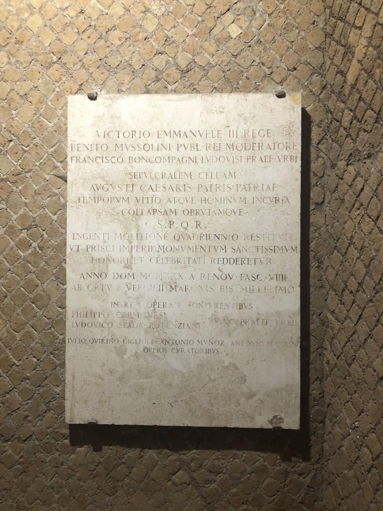 Lapide apposta da Mussolini al tempo del primo restauro negli anni Trenta che liberò l'area e isolò il monumento, constestualizzandolo