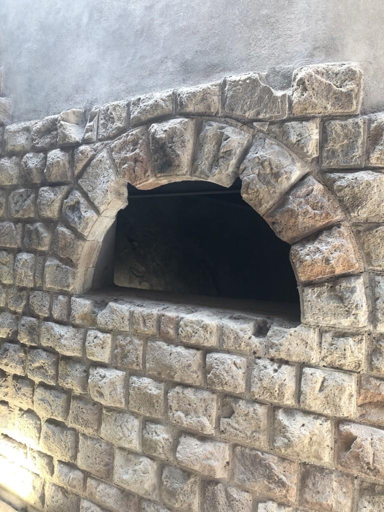 Una finestrella ricostruita, che pare il forno di una pizzeria