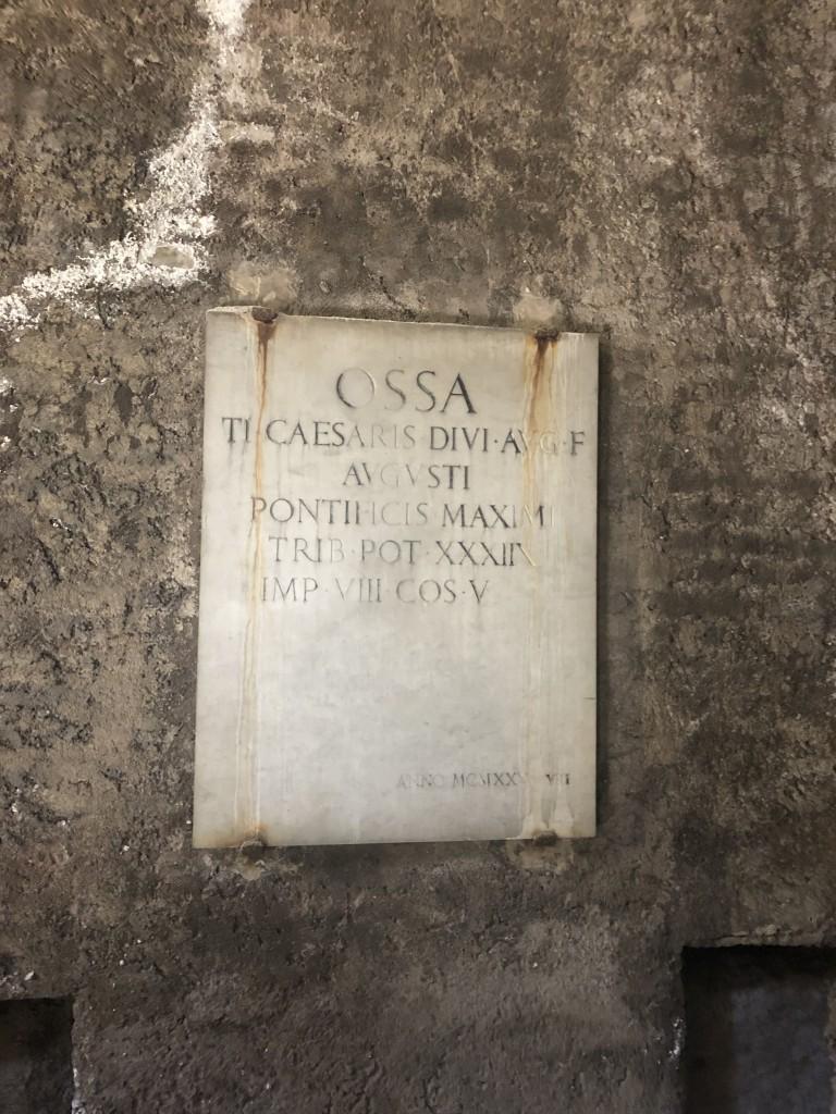 La lapide a ricordo della tomba di Augusto