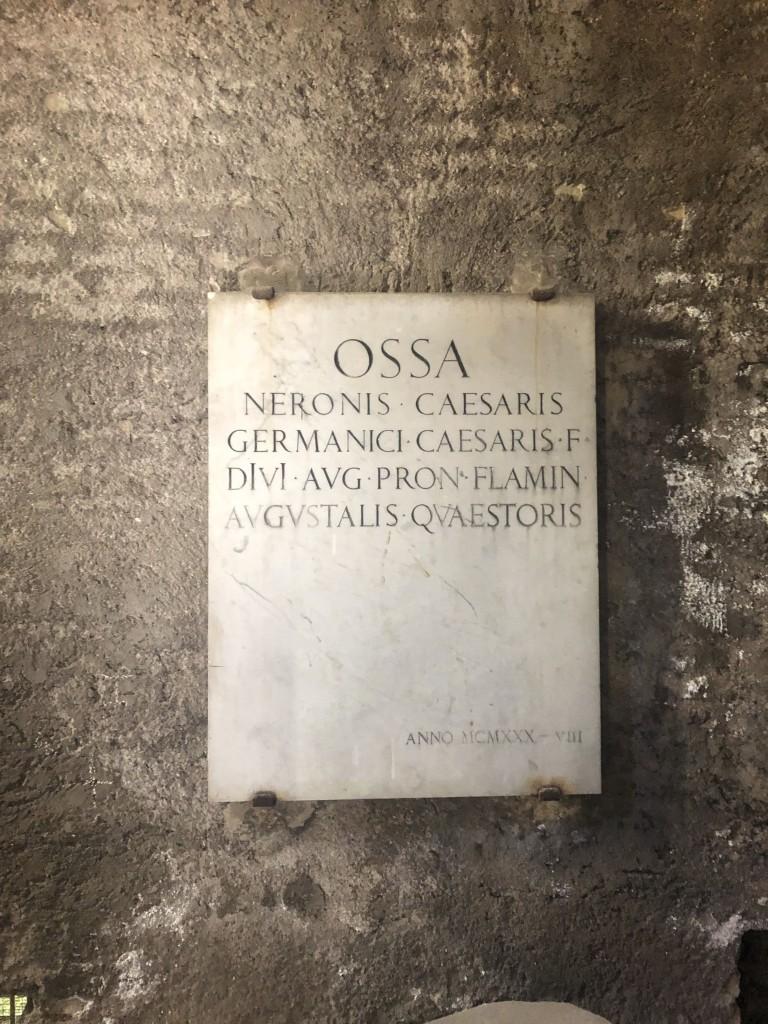 La lapide a ricordo della tomba di Nerone