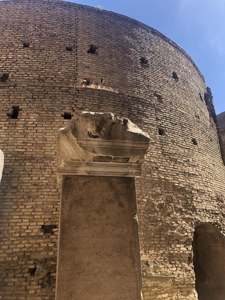 L'esterno, privo dei marmi che lo ricoprivano, del Mausoleo vero e proprio